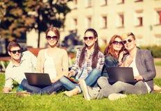 Étudiants ou adolescents avec des ordinateurs portables photos stock
