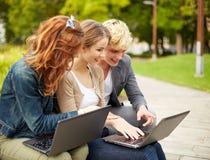 Étudiants ou adolescents avec des ordinateurs portables Photo libre de droits
