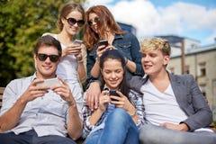 Étudiants ou adolescents avec des smartphones au campus Image libre de droits