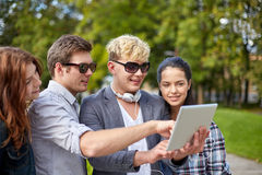 Étudiants ou adolescents avec le PC de comprimé prenant le selfie Photographie stock