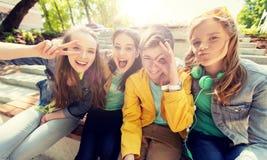 Étudiants ou amis adolescents heureux ayant l'amusement Image libre de droits