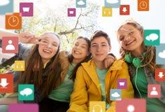 Étudiants ou amis adolescents heureux ayant l'amusement Photographie stock libre de droits