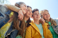 Étudiants ou amis adolescents heureux dehors Photo libre de droits