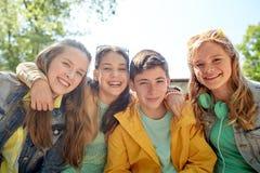 Étudiants ou amis adolescents heureux dehors Photos stock