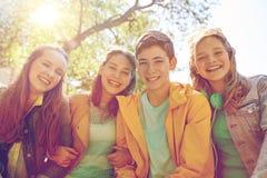 Étudiants ou amis adolescents heureux dehors Photos libres de droits