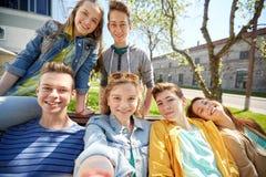 Étudiants ou amis adolescents heureux prenant le selfie Photographie stock