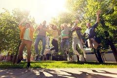 Étudiants ou amis adolescents heureux sautant dehors Images stock