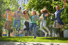 Étudiants ou amis adolescents heureux sautant dehors Photo libre de droits