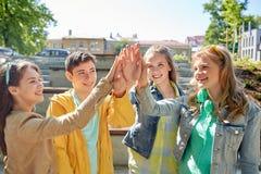 Étudiants ou amis heureux faisant la haute cinq Image stock