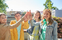 Étudiants ou amis heureux faisant la haute cinq Photo libre de droits