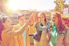 Étudiants ou amis heureux faisant la haute cinq Image libre de droits