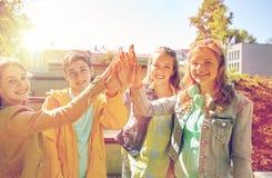 Étudiants ou amis heureux faisant la haute cinq Images stock
