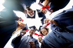 Étudiants ou célibataires heureux avec des diplômes Photographie stock libre de droits