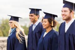Étudiants ou célibataires heureux dans des panneaux de mortier Image libre de droits