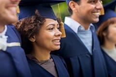 Étudiants ou célibataires heureux dans des panneaux de mortier Image stock