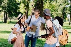 Étudiants parlant après des classes en parc Image libre de droits