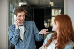 Étudiants parlant en café Photos stock