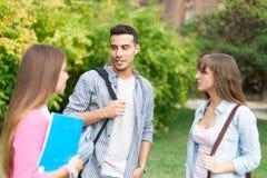Étudiants parlant en parc Photos stock