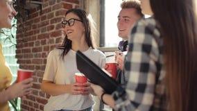 Étudiants parlant et buvant banque de vidéos