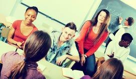 Étudiants parlant pendant une coupure Images stock