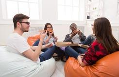 Étudiants partageant la partie de pizza à la maison Image stock