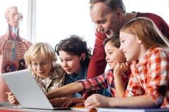 Étudiants persistants actifs observant des vidéos dans la classe Photos libres de droits
