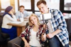 Étudiants positifs faisant des selfies dans le café Image libre de droits