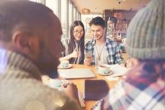 Étudiants positifs prenant le déjeuner ensemble Photo stock