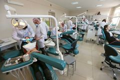 Étudiants pratiquant l'art dentaire sur les simulacres médicaux dans une installation ou une université de enseignement image libre de droits