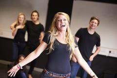 Étudiants prenant le cours de chant à l'université de drame images stock