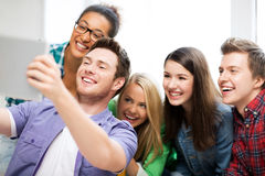 Étudiants prenant le selfie avec le PC de comprimé à l'école Image stock