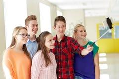 Étudiants prenant le selfie avec le smartphone à l'école Photos stock