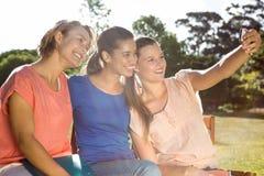Étudiants prenant le selfie dehors sur le campus Photos libres de droits