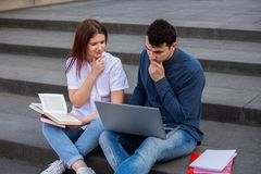 Étudiants recherchant une réponse sur l'Internet préparant l'examen photo libre de droits