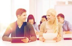 Étudiants regardant le PC de comprimé dans la conférence l'école Photographie stock