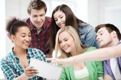 Étudiants regardant le PC de comprimé l'école Photographie stock libre de droits