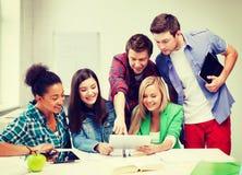 Étudiants regardant le PC de comprimé l'école Photo libre de droits