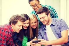Étudiants regardant le smartphone l'école Images stock