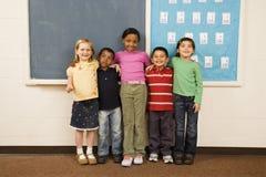 Étudiants restant dans la salle de classe. Photo libre de droits