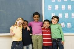 Étudiants restant dans la salle de classe. Photos libres de droits
