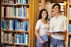 Étudiants retenant des livres Photos stock