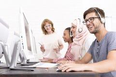 Étudiants s'asseyant pendant le cours informatique Photographie stock