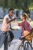 Étudiants saluant en parc Photo libre de droits