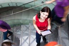 Étudiants se précipitant à travers un escalier occupé Photo stock