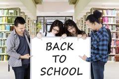 Étudiants stockant le texte de nouveau à l'école Photographie stock libre de droits