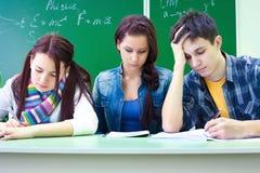 Étudiants sur l'examen dans la classe Photo stock