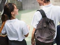 Étudiants sur le chemin de la maison d'école Photos libres de droits