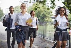 Étudiants sur le chemin de la maison d'école photographie stock libre de droits
