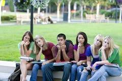 Étudiants sur un banc Photos libres de droits