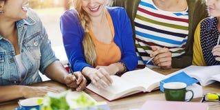 Étudiants Team Meeting Discussion Start vers le haut de concept Photo stock
